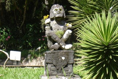 Statue de  Xochipilli au jardin botanique de Rio de Janeiro par DeadWoodII via Wikimedia Commons