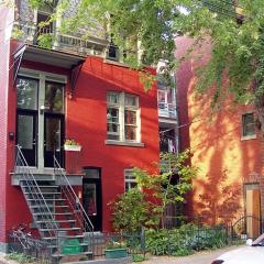 Maison typique quartier du Plateau Montréal par Atilin via Wikimedia Commons