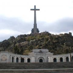 Santa Cruz del Valle de los Caídos par Tonywieczorek via Wikimedia Commons